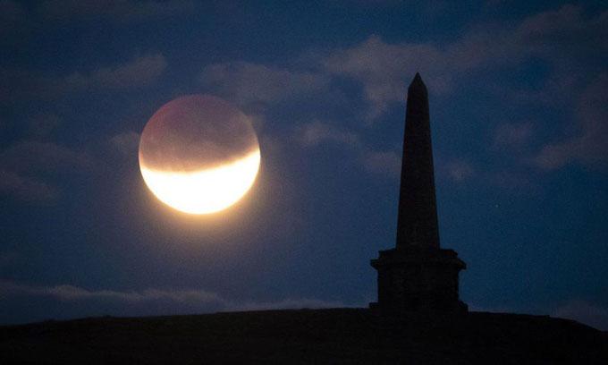 Bầu trời ít mây giúp người dân dễ quan sát nguyệt thực tại đài tưởng niệm Stoodley Pike, Tây Yorkshire, Anh.