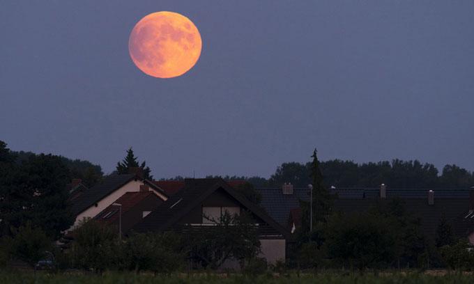 Trăng tròn rực sáng tại Speyer, bang Rhineland-Palatinate, Đức, trước khi diễn ra nguyệt thực.