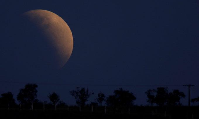 Mặt Trăng to tròn bị che khuất gần hết trong nguyệt thực một phần tại thủ đô Brasilia, Brazil.