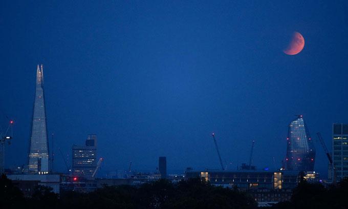 Mặt Trăng chuyển sang màu đỏ trên bầu trời London, Anh.