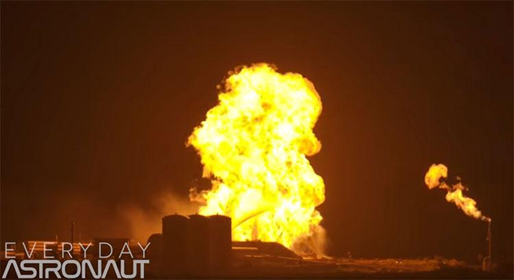 Đám cháy bắt nguồn từ một đám lửa nhỏ khi động cơ Raptor của tên lửa khai hỏa và tắt máy.