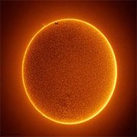 Khoảnh khắc trạm ISS bay qua trên nền Mặt Trời