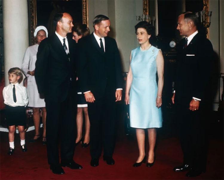 Các phi hành gia gặp gỡ Nữ hoàng Elizabeth II tại London, ngày 14 tháng 10 năm 1969.