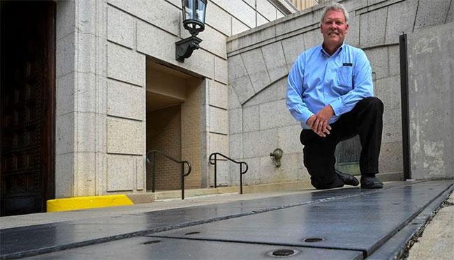 Tim Edwards, quản lý vận hành tòa nhà của Cục Lưu trữ Quốc gia Mỹ