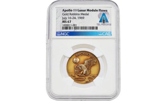 Cận cảnh huy hiệu vàng Apollo 11 của Neil Armstrong.