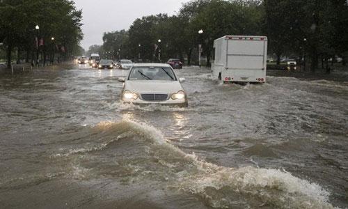 Mưa lớn làm ngập giao lộ của Đường 15 và Đại lộ Constitution ở Washington D.Chôm 8/7.