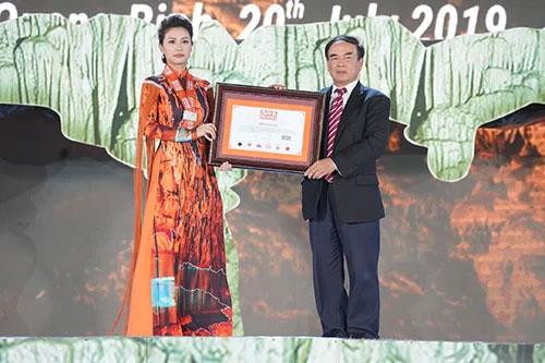 Tổ chức kỷ lục châu Á trao bằng chứng nhận kỷ lục của hang Thiên Đường.