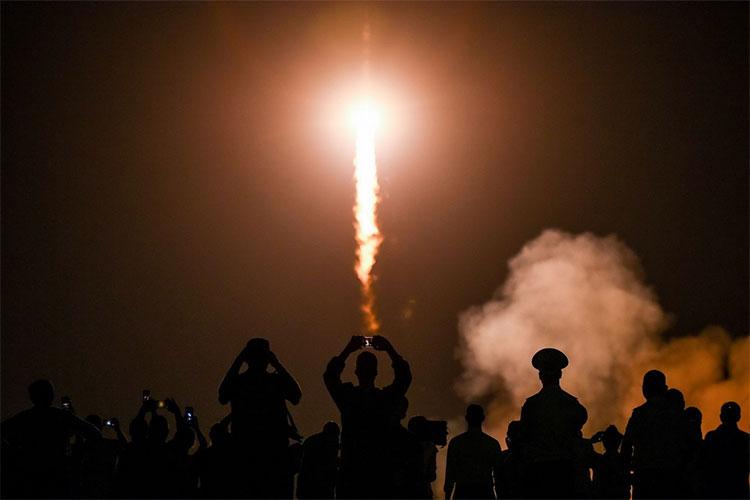 Tàu không gian Soyuz MS-13 của Nga mang theo 3 phi hành gia rời bệ phóng