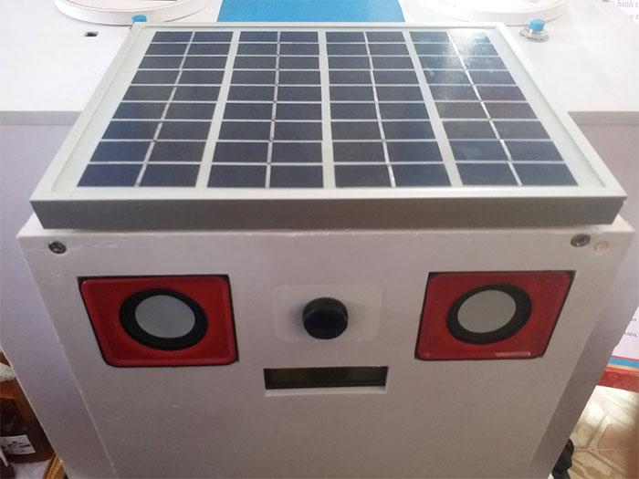 Pin năng lượng mặt trời cấp vào mạch sạc, sạc cho ắc quy.