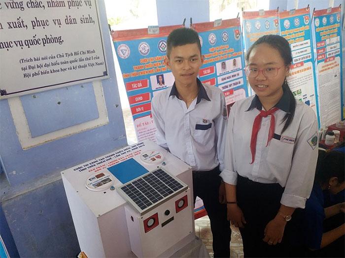 Hai em học sinh bên sản phẩm của nhóm.