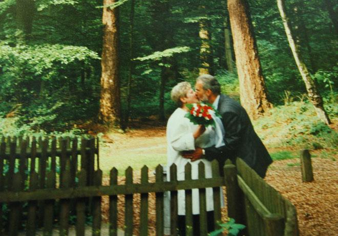 Martens - Renate hôn nhau bên cạnh cây sồi tình duyên.