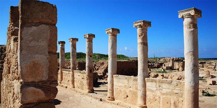 Các cột cổ trong Khu khảo cổ Kato Pafos, Cộng hòa Cyprus.