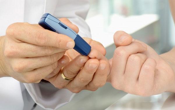 Người bị cholesterol cao cần theo dõi chỉ số đường huyết, chỉ số huyết áp và chỉ số cholesterol.