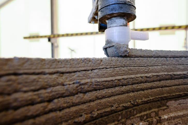 Công ty COBOD dùng vòi hình vuông để in 3D tường bê tông.