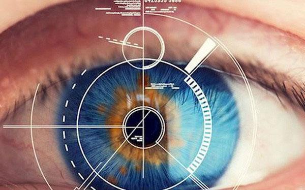Kính áp tròng mới có khả năng phóng to khi bạn nháy mắt hai lần.