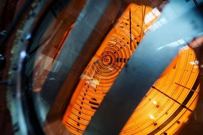 Các ống tia âm cực tạo ra ánh sáng màu cam bên trong Big Red Ball.
