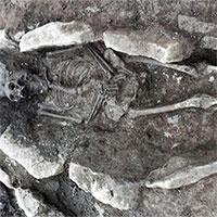 Hàng chục hài cốt đặt trong quan tài đá 1.600 năm ở Wales