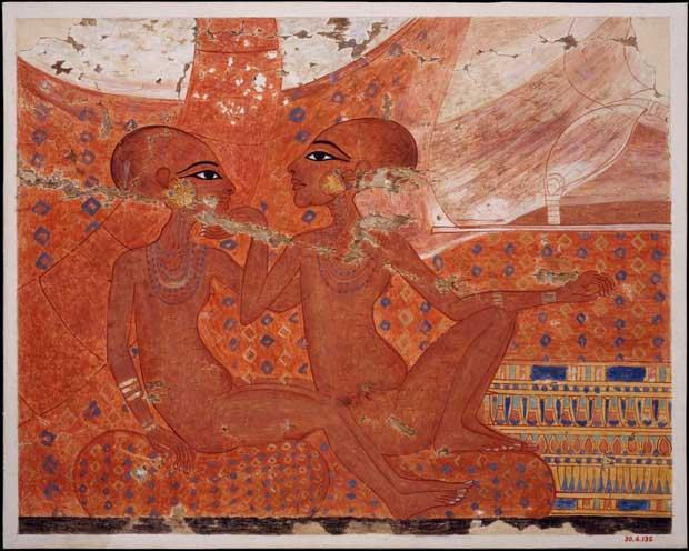 Người phụ nữ có cử chỉ nâng cằm trong tấm bia là Neferneferuaten, người còn lại là Meritaten.