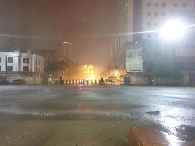 Tại Móng Cái vào lúc 23h30, có mưa.