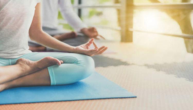 Kỹ thuật hít thở sâu khi ngồi thiền giúp bạn giảm run tay.