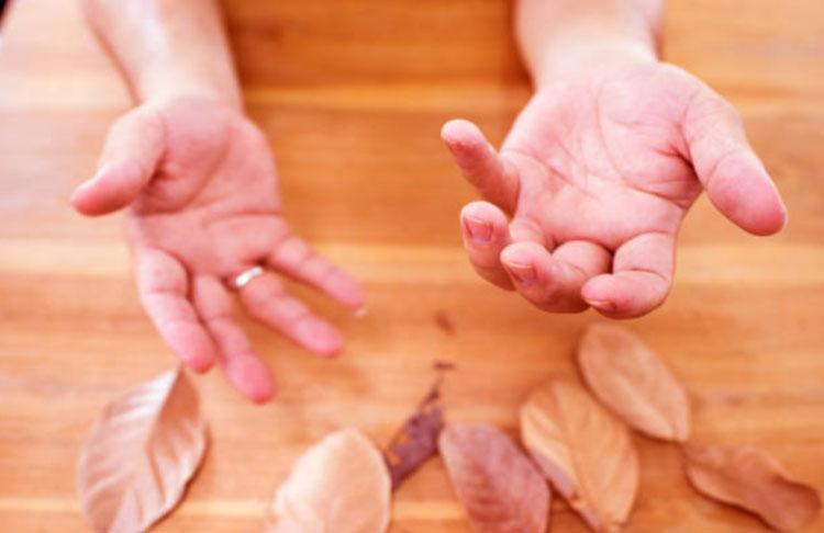 Càng lo lắng và căng thẳng, đôi tay lại càng run hơn.