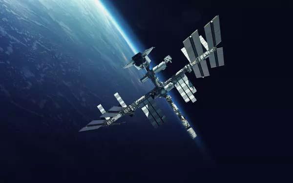 Trạm vũ trụ quốc tế (ISS) đang làm nhiệm vụ ở Quỹ đạo Trái đất tầm thấp.