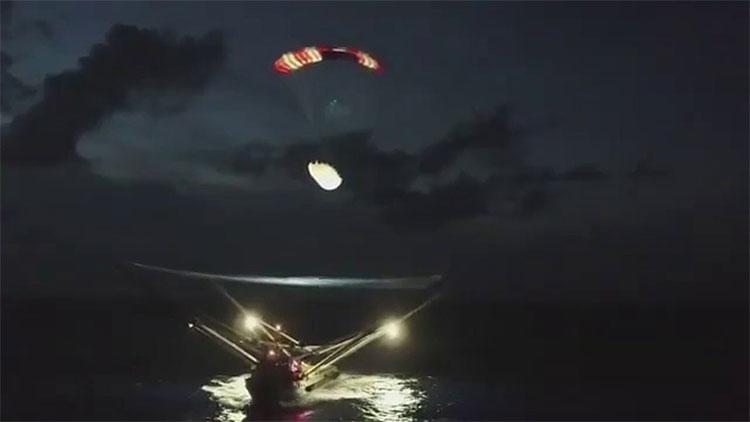 SpaceX thành công đón được một phần vỏ tên lửa khi nó rơi xuống Đại Tây Dương.