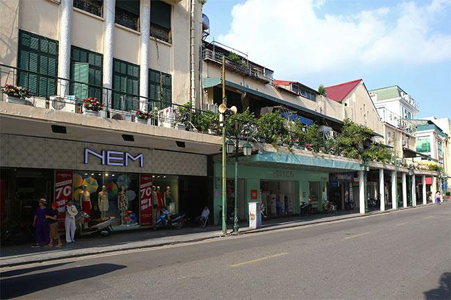 Những cửa hàng buôn bán sang trọng trên phố Tràng Tiền ngày nay.