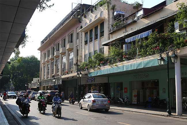 Đầu phố Paul Bert, gần ngã tư Paul Bert - Francis Garnier nay là đoạn Tràng Tiền - Đinh Tiên Hoàng.