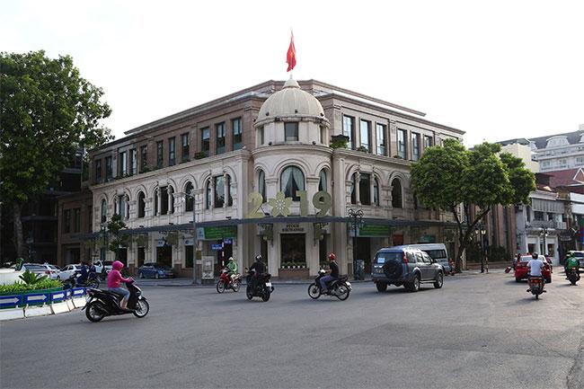 Tòa nhà này nay đã được xây dựng lại có kiến trúc gần giống với kiến trúc xưa.