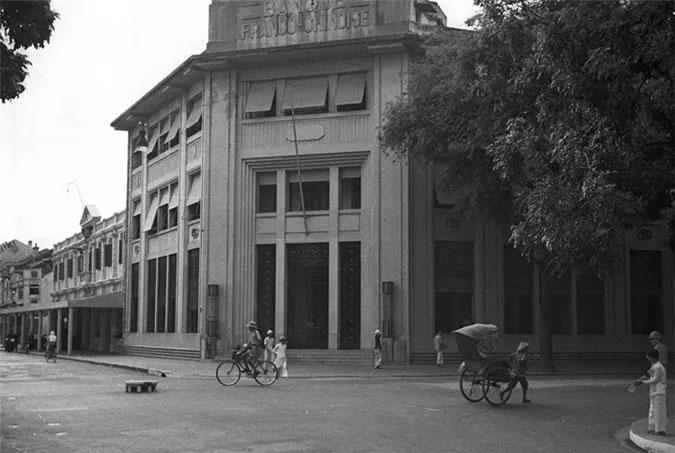 Đoạn ngã ba Tràng Tiền - Nguyễn Xí ngày nay có cùng góc chụp với bức ảnh trên.