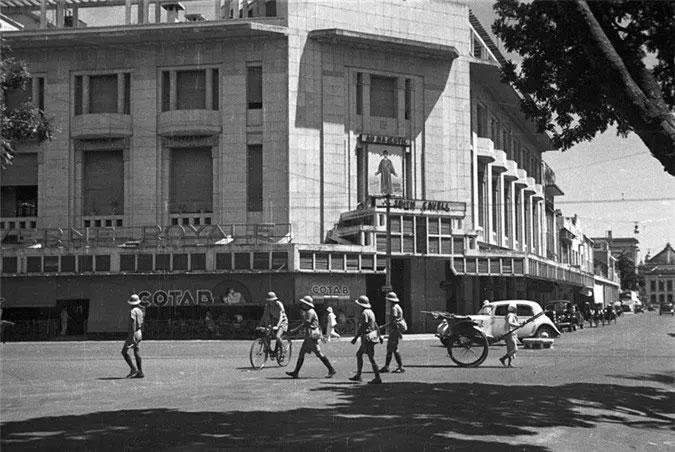 Tòa nhà đối diện cửa hàng bách hóa Grands Magasins.