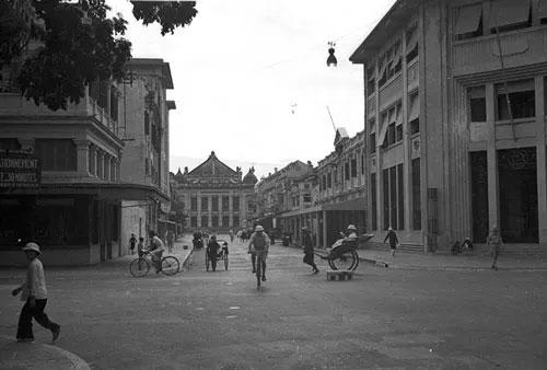Ngã tư Rue Paul Bert - Henri Rivie (nay là ngã tư Tràng Tiền - Ngô Quyền), Hà Nội năm 1940.