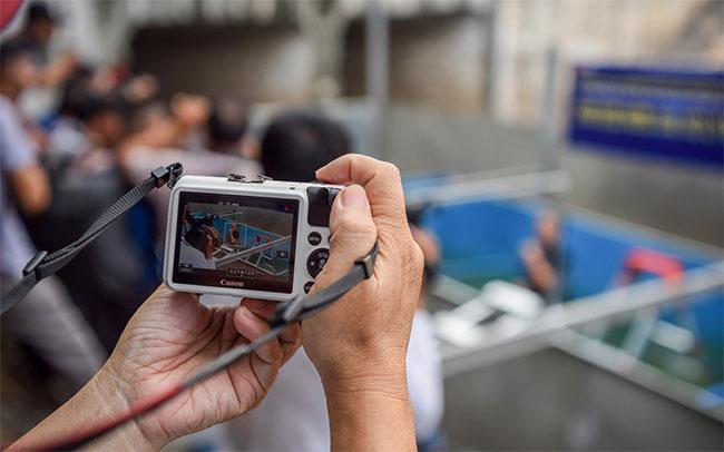 Người dân hiếu kỳ quan sát và chụp lại sự kiện khó tin khi lần đầu tiên có người thoải mái bơi ở sông Tô Lịch