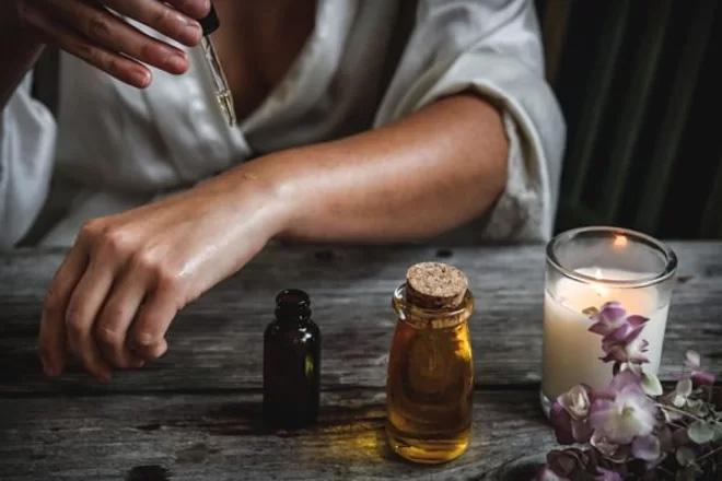 Hỗn hộp dầu ô liu được sử dụng làm trắng da được người cổ đại ưa chuộng.