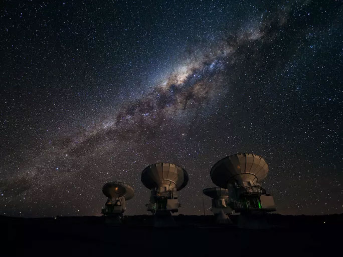 Một phần trong hệ sống ALMA gồm 66 kính viễn vọng hiện đại