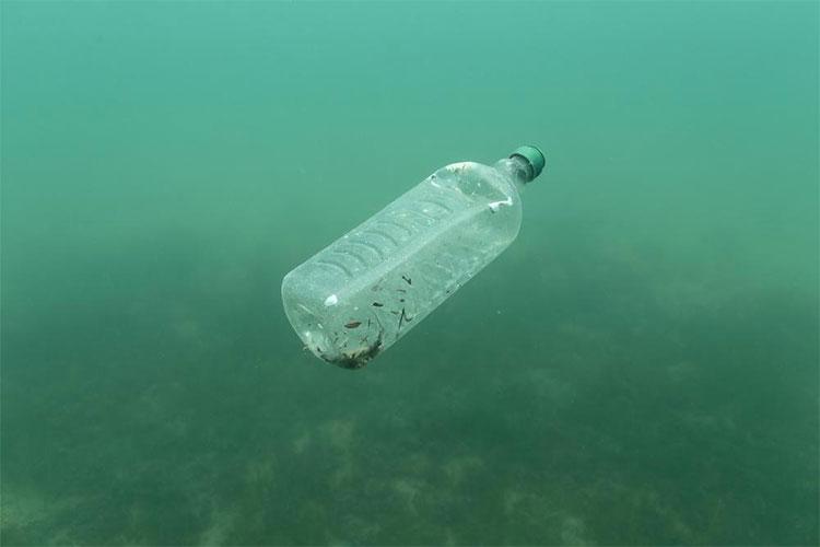 Một chai nhựa trôi tự do trong lòng biển Adriatic ở đảo Mljet, Croatia.