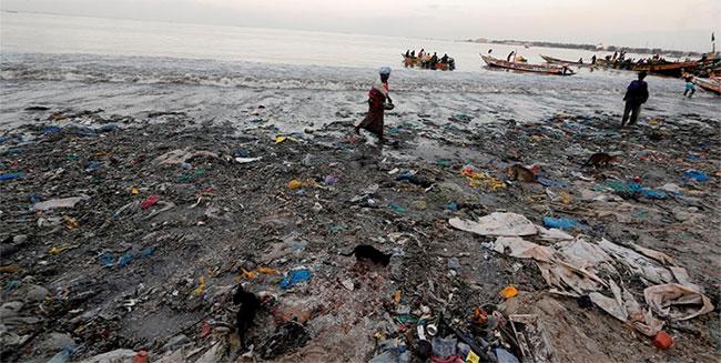Ở cảng cá ngoại ô thành phố Dakar, Senegal, người dân đón các tàu cá trở về tại bờ biển ngập rác.