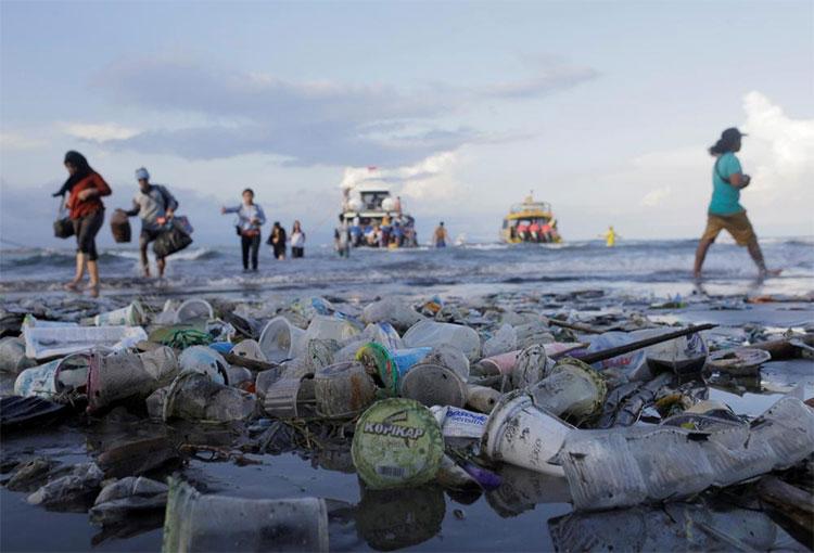 Khách du lịch và dân địa phương bước đi trên những tấm thảm nhựa ở khu du lịch đảo Nusa Penida