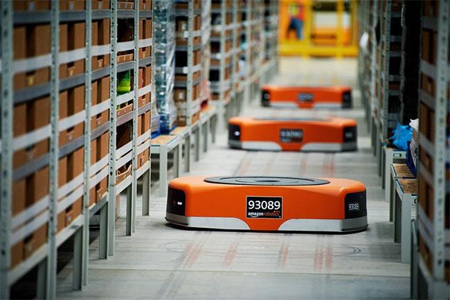 Robot ở kho hàng Amazon sử dụng mã QR dưới sàn để định hướng.