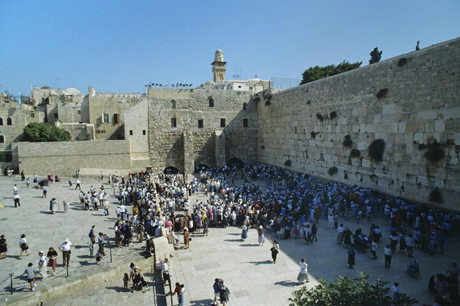 Người Do Thái cầu nguyện tại Bức tường Than khóc ở Jerusalem.