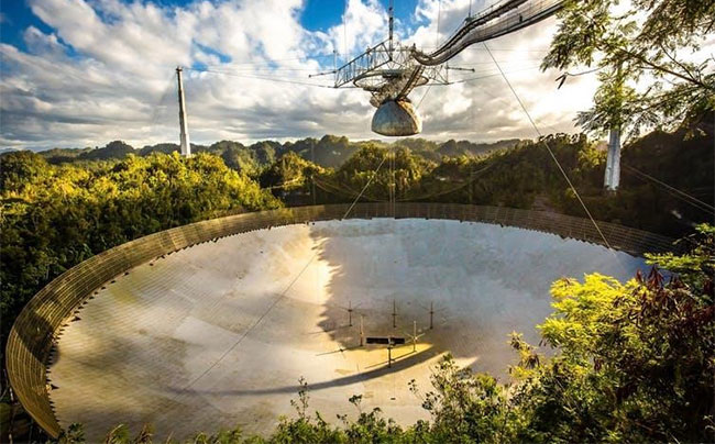 Đĩa kính viễn vọng vô tuyến của Đài thiên văn quốc gia Arecibo, Puerto Rico.