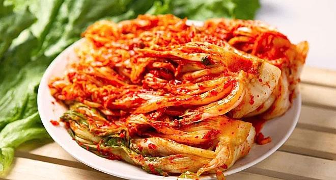 Kim chi ăn kèm với thịt, rau, củ hoặc nấu canh, lẩu để giảm độ cay.