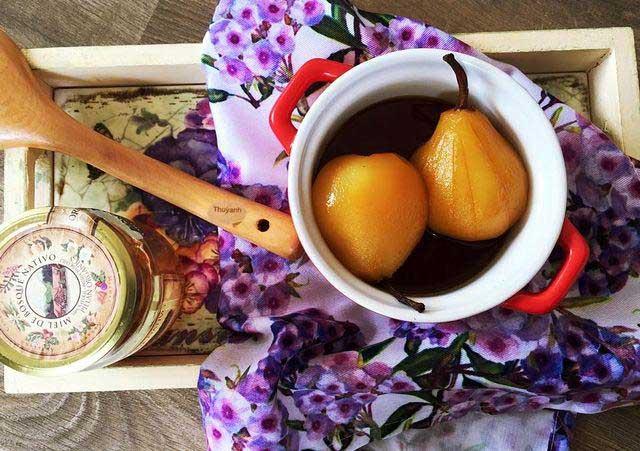 Mật ong nấu với lê giúp điều trị ho vô cùng tốt.
