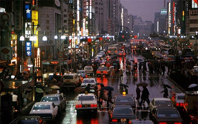 . Trong ảnh, đường phố Tokyo vào một ngày trời mưa năm 1977.