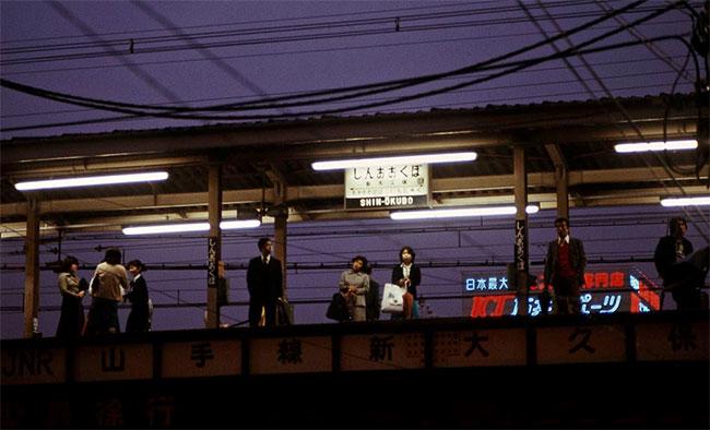 Mọi người chờ tàu tại nhà ga Shin Okubo.