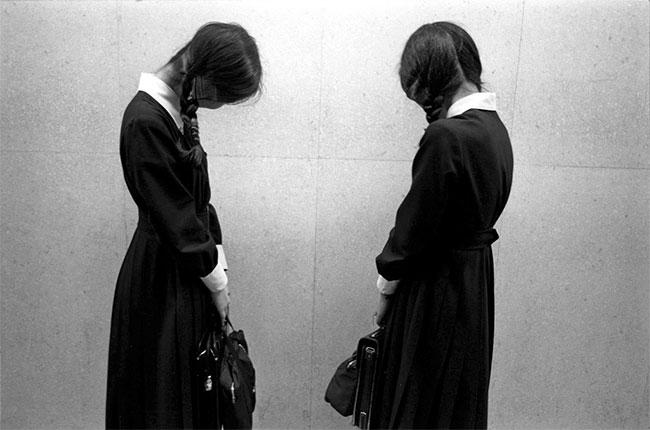 Nữ sinh trung học Tokyo ngại ngùng khi được chụp ảnh.