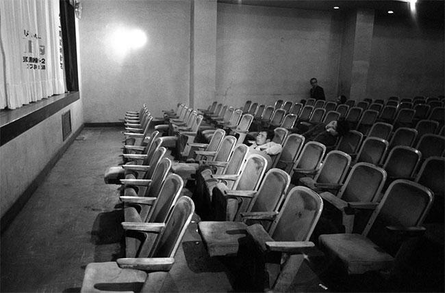 Những người xem phim ngủ lại tại rạp sau khi buổi chiếu muộn kết thúc.