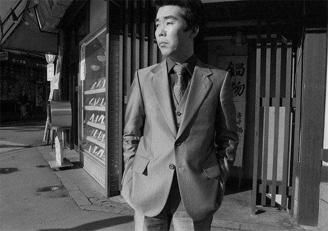 Một người đàn ông ăn mặc lịch lãm trên đường phố Tokyo.