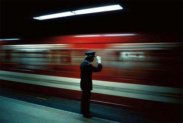 Trong ảnh, nhân viên điều hành tại nhà ga Ikebukuro, Tokyo năm 1976.